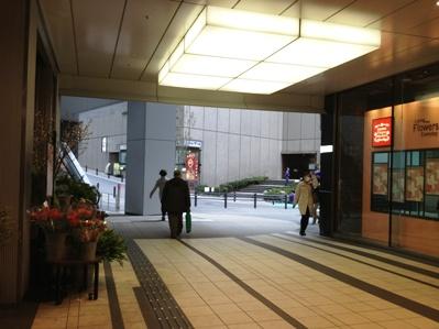 ヒカリエ通路青山通り方面出口